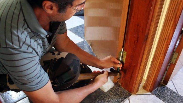 Как отремонтировать сколы и расслаивания в нижней части деревянной двери