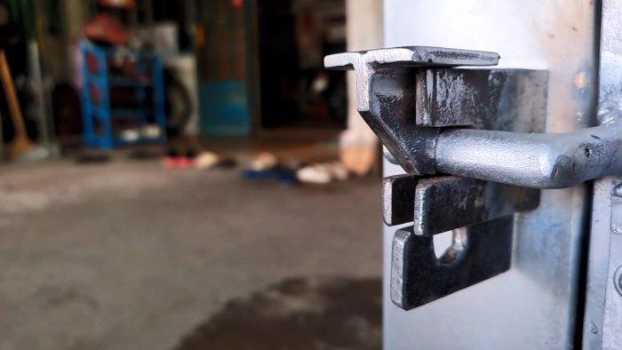 Как сделать самоблокирующую дверную защелку из остатков листового металла