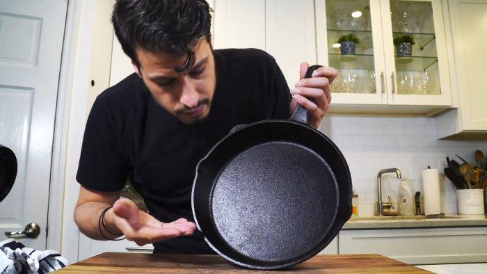Как правильно очищать чугунную сковороду после использования для сохранения антипригарных свойств