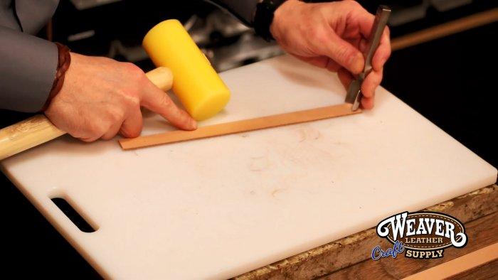 Как заплети косичку без лишних разрезов и сделать простой браслет из полоски кожи